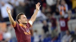 Francesco Totti mentre esulta nella sua casa, lo stadio Olimpico.