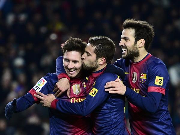 Messi festeggiato da Fabregas e Alba