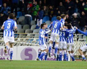 I Giocatori del Real Sociedad esultano per il gol di Agirretxe