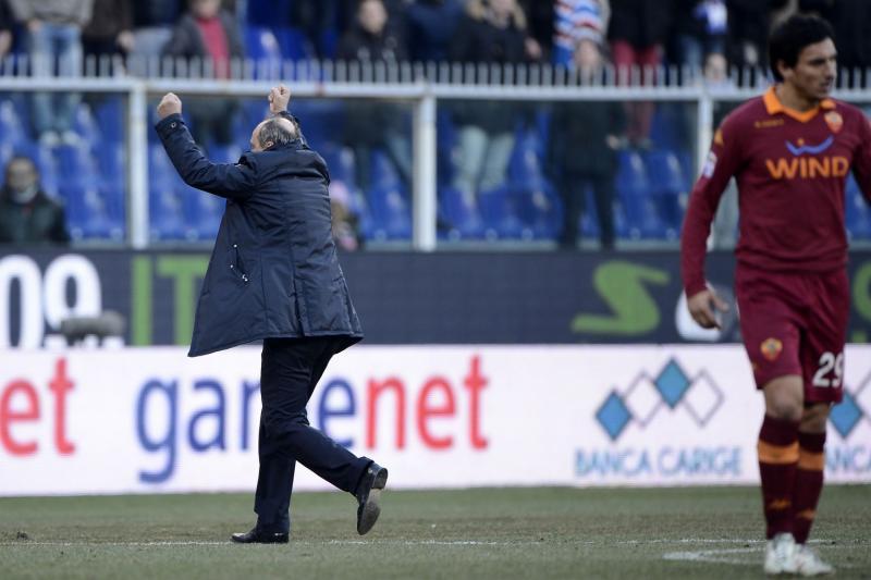 Delio Rossi, espulso, esulta con i propri tifosi