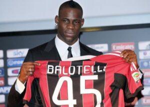 Mario Balotelli con la maglia del Milan.