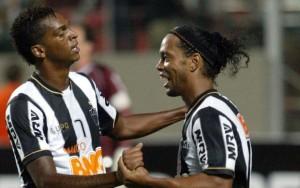 Jo e Ronaldinho festeggiano il goal