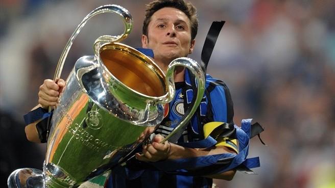 Javier Zanetti con in mano la Champions League, sogno di una vita