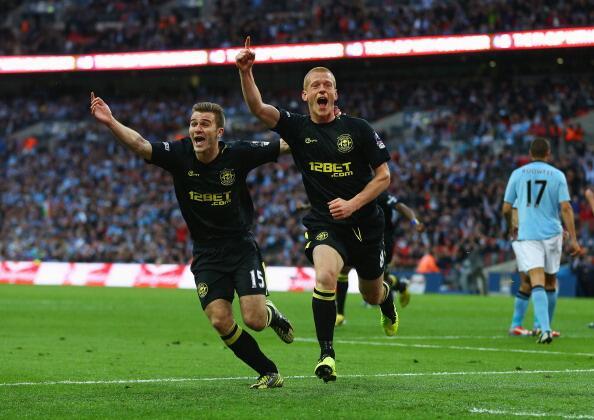 Ben Watson esulta dopo il gol che vale la Coppa d'Inghilterra