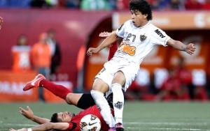 Luan calcia il pallone del pareggio dell'Atlético MG