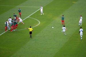 Il momento in cui Andrea Pirlo disegna la palombella per l'1-0 dell'Italia al Messico