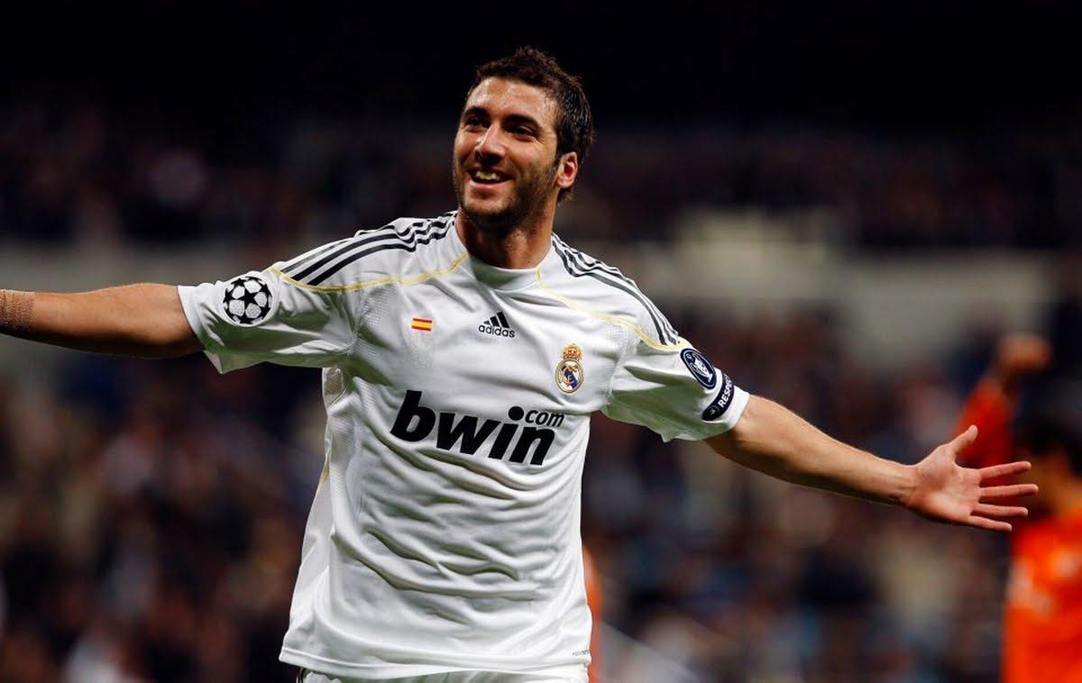Gonzalo Higuain festeggia con la maglia del Real Madrid