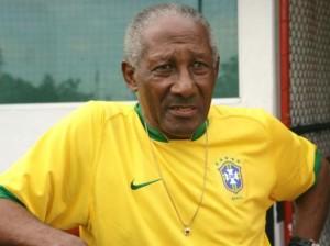 Djalma Santos, con una maglia della nazionale brasiliana