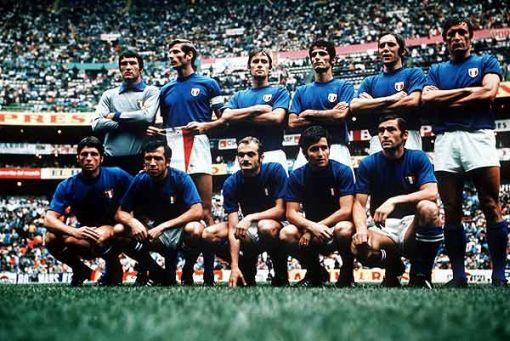 La rosa della nazionale 1970 in posa per una foto di rito
