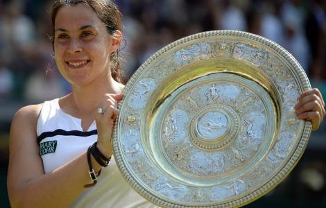 Marion Bartoli con in mano il trofeo di Wimbledon 2013