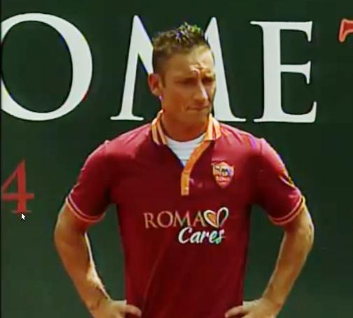 Francesco Totti con la divisa 2013-2014 della Roma