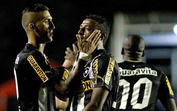 Elias e Marques festeggiano il vantaggio del Botafogo