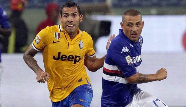 Carlos Tevez in azione contro la Sampdoria