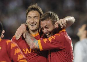 De Rossi e Totti festeggiano dopo il gol di Capitan Futuro