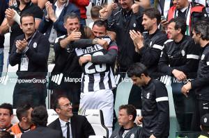 Simone Pepe che abbraccia Arturo Vidal dopo un gol