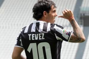 """Carlos Tevez con la """"dieci"""" per 19 anni di Del Piero"""