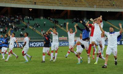 L'esultanza dei giocatori del Bari al termine della sfida vinta contro il Palermo