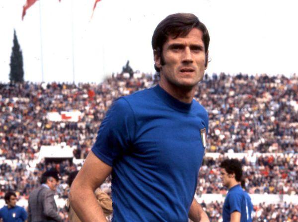 Giacinto Facchetti con la maglia della Nazionale