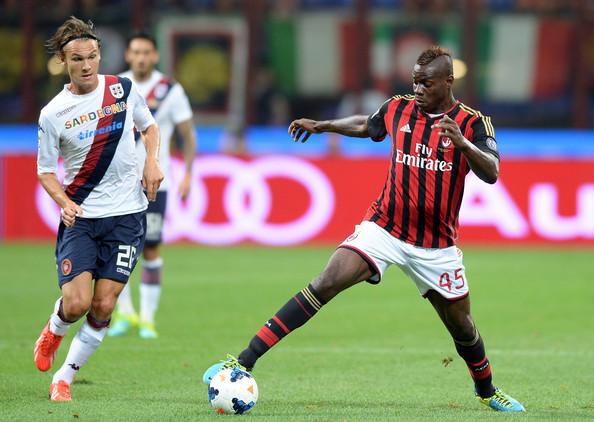 Mario Balotelli in azione con la maglia del Milan