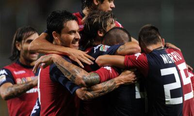 I giocatori del Cagliari esultano dopo il goal