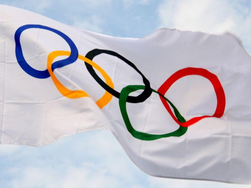 La bandiera con i cinque cerchi, tradizionale simbolo delle Olimpiadi
