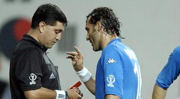 L'ecuadoriano Byron Moreno, diventato ormai simbolo dell'incapacità degli arbitri