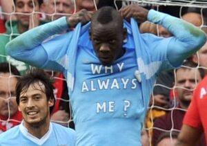 """Balotelli del Milan con la celebre maglietta """"Why Always Me?"""" indossata ai tempi del City"""