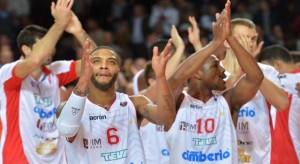 Giocatori Varese salutano il pubblico