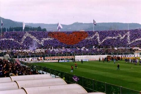 La curva Fiesole, cuore pulsante dei tifosi della Fiorentina