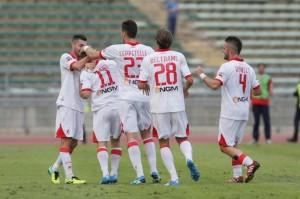I giocatori del Bari abbracciano Galano dopo il gol del vantaggio