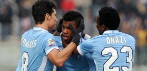 Keita, festeggiato dai compagni dopo il momentaneo vantaggio della Lazio