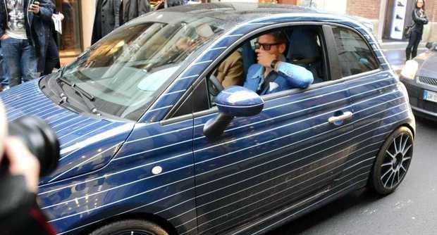 Lapo Elkann alla guida della sua nuova 500 blu gessato