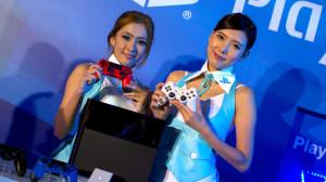 """Due presentatrici mostrano la nuova """"PlayStation 4"""""""