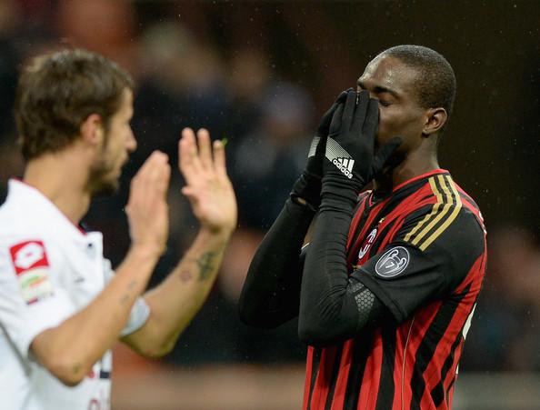 Mario Balotelli si dispera dopo aver fallito un calcio di rigore contro il Genoa