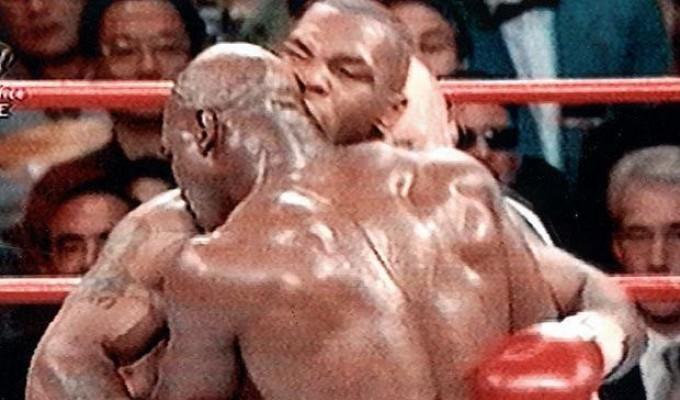 Il famigerato morso di Tyson a Evander Holyfield