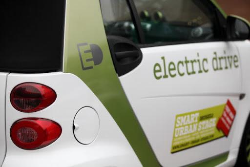 L'Unione Europea chiede più postazioni di ricarica per auto elettriche