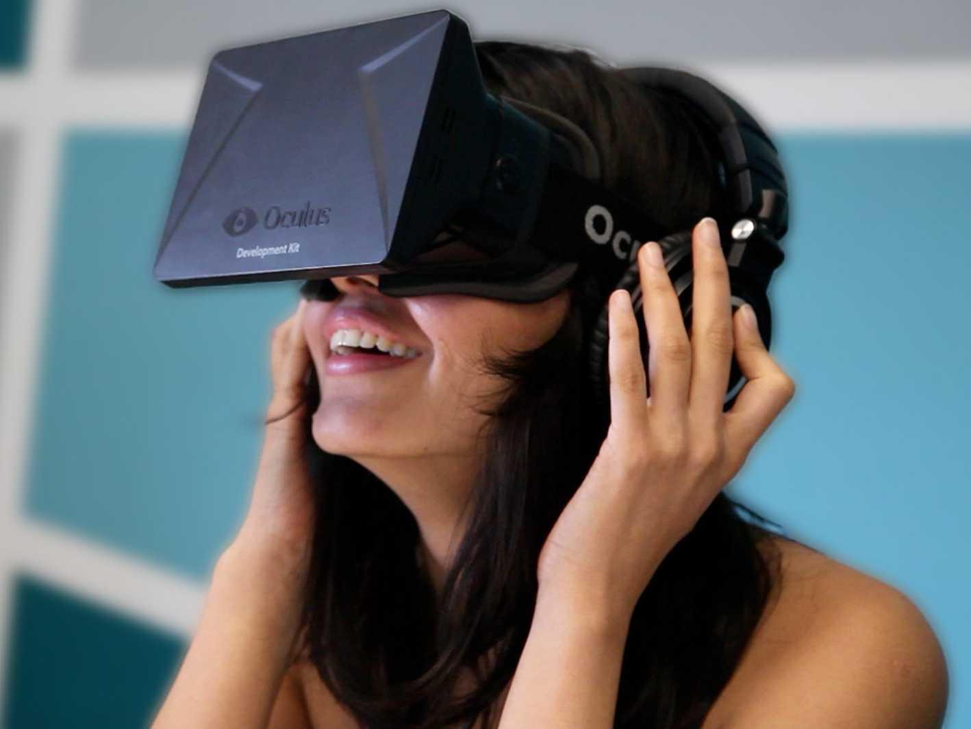 Donna con Oculus Rift