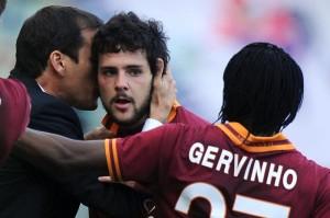 Mattia Destro riceve l'abbraccio di Garcia