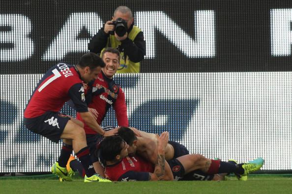 L'esultanza dei giocatori del Cagliari