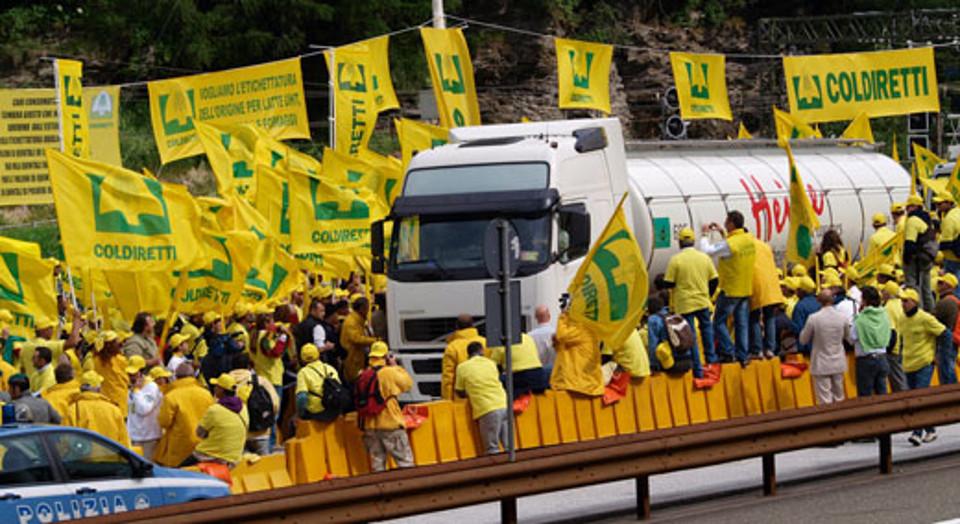 I manifestanti della Coldiretti bloccano i Tir al confine del Brennero.
