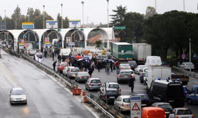 Il movimento dei Forconi blocca un casello autostradale.