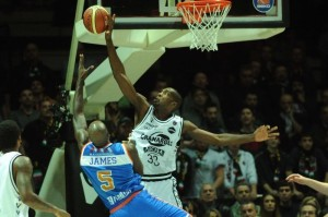 Serie A Beko: Shawn King stoppa Delroy James.