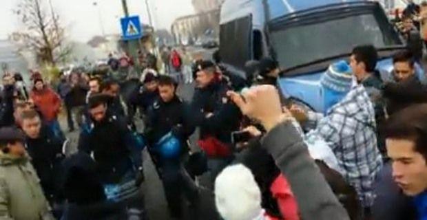 Poliziotti insieme ai manifestanti