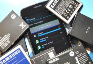Un cellulare smartphone sommerso da batterie