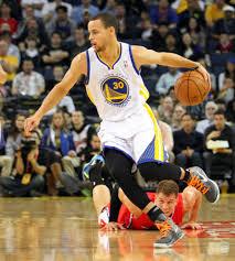"""Stephen Curry dà una dimostrazione del suo pazzesco """"ball handling""""."""