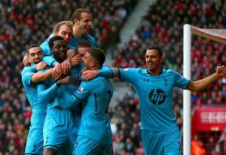 I giocatori degli Spurs esultano dopo una delle reti di Adebayor. Europa League