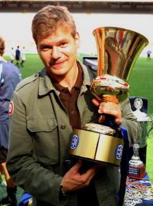 Il giornalista di Telelombardia, Gian Luca Rossi, con la Coppa Italia vinta dall'Inter nel 2005