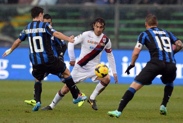 Un contrasto di gioco nel corso di Atalanta-Cagliari