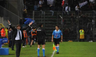 Antonio Conte alza le braccia al cielo: la sua Juventus vince un titolo storico