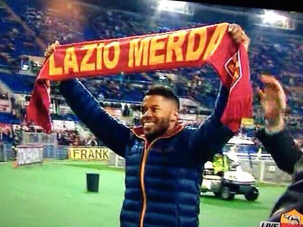 """Michel Bastos con la sciarpa """"Lazio Merda"""""""